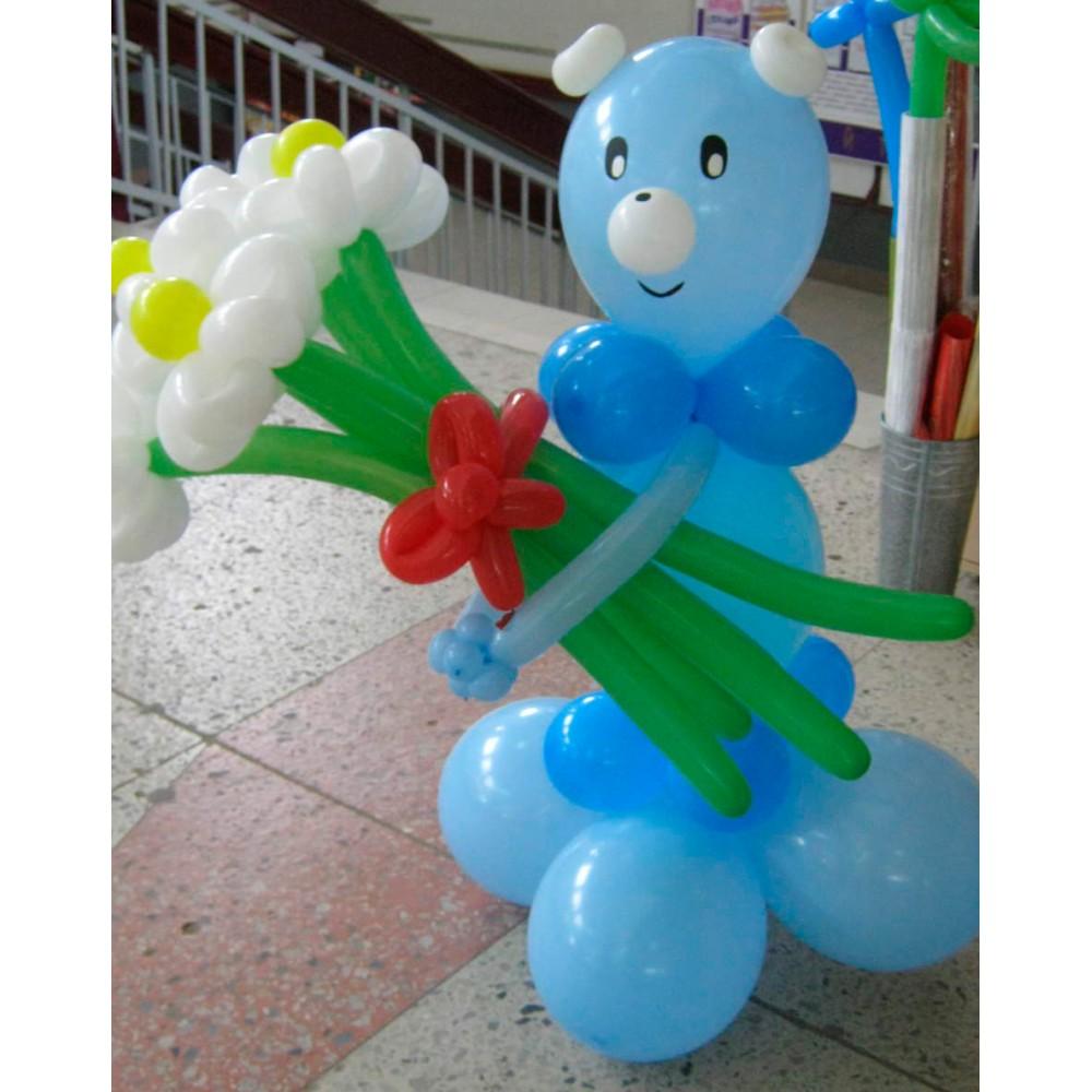 Плетеная фигура из шаров Мишка с цветами