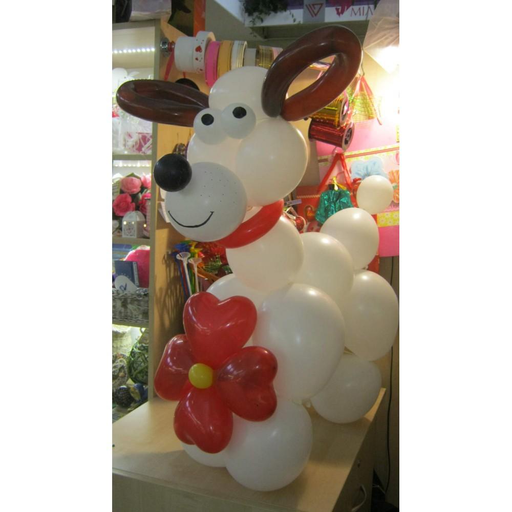 Плетеная фигура из шаров Собака с цветком