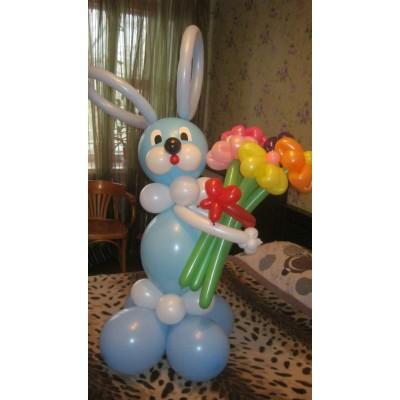Плетеная фигура из шаров Зайчик с цветами